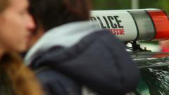 Poliisiauto päivystävä poliiseja suojelemaan tarjoilua, tapahtuman turvaaminen, Arkistovideo
