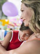 Äiti nukkumista tytär Syntymäpäivä Taulukko Kuvituskuvat