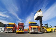 Lift kuormauksessa kuljetussäiliöt rekkoihin Kuvituskuvat