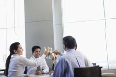 Liikematkaajille paahtamisolosuhteista Wineglasses In Restaurant Kuvituskuvat