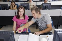 Opiskelijat tietokoneluokassa Kuvituskuvat