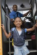 Tyttö saa pois koulubussi Kuvituskuvat