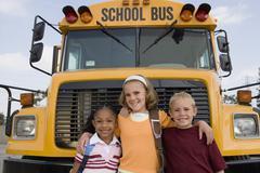 Opiskelijat seisoo edessä Koulubussi Kuvituskuvat