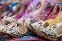 Dubai UAE Genie tyyli sandaalit myytävänä Bur Dubain souq naisten ja Kuvituskuvat