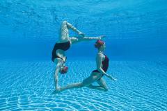 Synkronoitu uimarit Esittävät Vedenalainen Kuvituskuvat