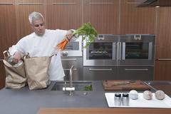 Chef Pakkauksen purkaminen porkkanan paperipussit Keittiö Kuvituskuvat