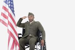 Nuori Yhdysvaltain sotilas pyörätuolissa tervehti Yhdysvaltain lipun yli harmaa Kuvituskuvat