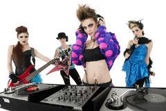 Muotokuva kaikki naispuolinen punk rock-yhtye yli valkoista taustaa Kuvituskuvat
