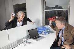 Sivukuva leikkisä liiketoiminnan kollegoiden toimistossa Kuvituskuvat