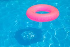 Pinkki pool kellua, uima-allas sormus viileä sininen virkistävä sininen allas Kuvituskuvat