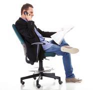 Mies lukee sanomalehteä soittamalla - talouden uutiset Kuvituskuvat