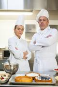 Frowning kokki ja keittiömestari seisoo kädet ristissä Kuvituskuvat
