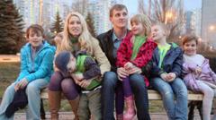 Jäsenistä seitsemän perheen puhua ja sitten kaksi lasta kävelymatkan päässä penk Arkistovideo