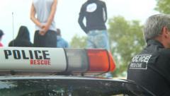 Poliisit auto, poliisi mies turvaaminen tapauksessa, turvallinen ajoneuvo, velvo Arkistovideo