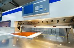 Edestäpäin moderni paperi giljotiini kosketusnäytöllä käytetään kaupallisissa Kuvituskuvat
