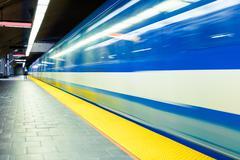 Värikäs maanalainen metro liikkeen epäterävyyttä Kuvituskuvat