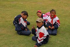 Guoluo, KIINA - 26 heinäkuu: Tunnistamaton lasten nauraa ja leikkiä leikkikentäl Kuvituskuvat