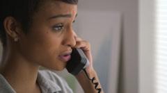 Lähikuva Afrikkalainen Amerikan liiketoiminnan nainen käyttää puhelin Arkistovideo