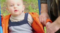 Isoisä sways hänen pieni pojanpoika jotka istuvat vauhdissa Arkistovideo