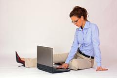 Nuori tyttö kannettava tietokone Kuvituskuvat