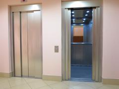Moderni hissi on avattu ja suljettujen ovien Kuvituskuvat
