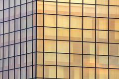 Jättimäinen julkisivu pilvenpiirtäjä peililasi monet virastot Kuvituskuvat
