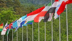 Joukko värillisiä lippuja monien maailman kansojen Kuvituskuvat
