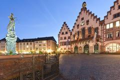 Saksa, Hessen, Frankfurt, näkymä on kevennetty Roemerberg Fountain of Justice Kuvituskuvat