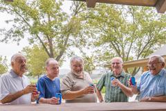 USA, Texas, Senior miestä seisoo baarissa, juo olutta Kuvituskuvat
