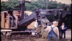 624 - construction excavator at work - vintage film home movie Stock Footage