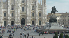 Milano piazza Duomo tourists editorial Stock Footage