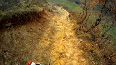 Do downhill front view. ride a bike over extreme terrain pov. Stock Footage