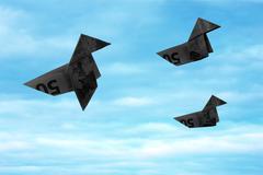 Musta setelin origami linnut lentävät pois sininen taivas Kuvituskuvat