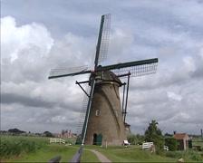 Kinderdijk windmill turning wicks, pumping Stock Footage