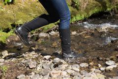 Nainen hyppäämällä jokeen Kuvituskuvat