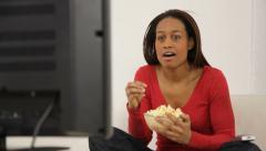 Nainen popcorn television katselun, Dolly liikkeen Arkistovideo
