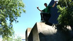 Vapaa juoksija hyppää betoniseinä, hidastettuna Arkistovideo