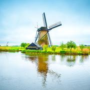 Tuulimylly ja kanava Kinderdijk, Hollannissa tai Alankomaat. Kuvituskuvat