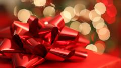 Christmas tree and gift, Rack focus Stock Footage