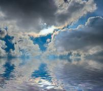 Meri ja pilvinen taivas taivas Kuvituskuvat