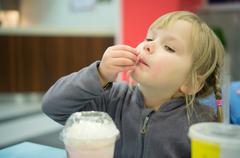 Suloinen tyttö on aterian pikaruokaravintola Kuvituskuvat
