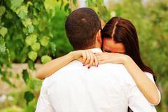 Nuori pari rakastunut halailu puistossa Kuvituskuvat