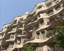 La Pedrera, Casa Mila pan + zoom in limestone facade + wrought iron balconies Stock Footage
