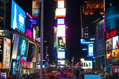 Traffic at Times Square yöllä, New York, USA Kuvituskuvat