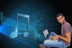 Composite kuva mies yllään silmälasit käyttää kannettavaa tietokonetta ja katsot Piirros