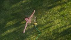 Lapsi pelaa sprinkleri, piirtoheitin ammuttu Arkistovideo