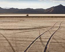 Tire kappaleet risteilevät Bonneville Salt Flats moottoripyöräilijä ratsastus Kuvituskuvat