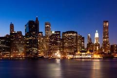 New York - näköala Manhattanille yöllä Kuvituskuvat