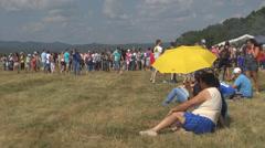 Group ihmiset väkijoukko pari rest istuu laidun niitty auringonotto nauttia kesä Arkistovideo