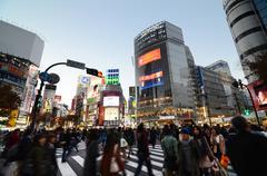 Tokio - 28 marraskuu: jalankulkijoiden kuuluisa ylittämisen Shibuya alueella ei Kuvituskuvat
